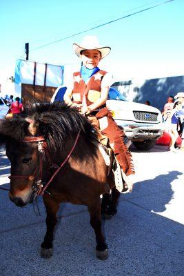 CANATLÁN, Dgo. (OEM).- Toñito Díaz Nieves mostró ser un buen jinete, durante el Desfile de la Primavera.