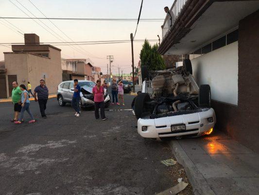 Conducía a exceso de velocidad; volcó y murió