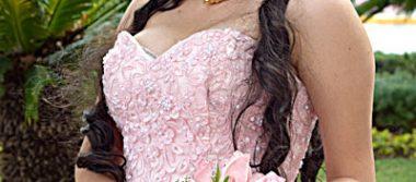 Carolina González Quiñónez lució encantadora el día de sus quince años.
