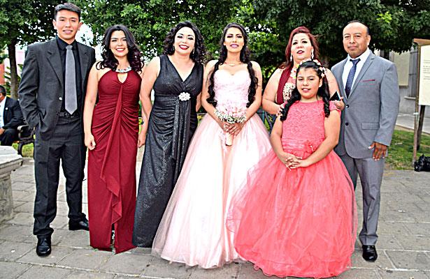 Sus papás y padrinos, además de familiares estuvieron felicitándole ese memorable día a la quinceañera Carolina González Quiñónez.
