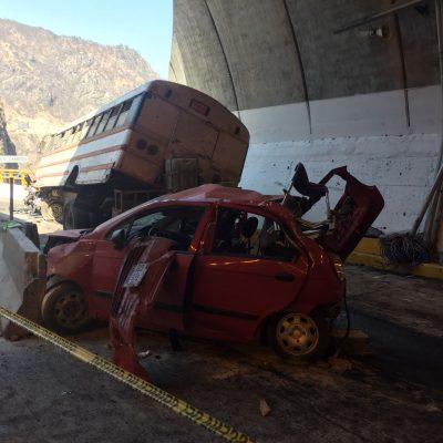 """Chocan autobús y auto en la """"Super""""; 20 heridos"""