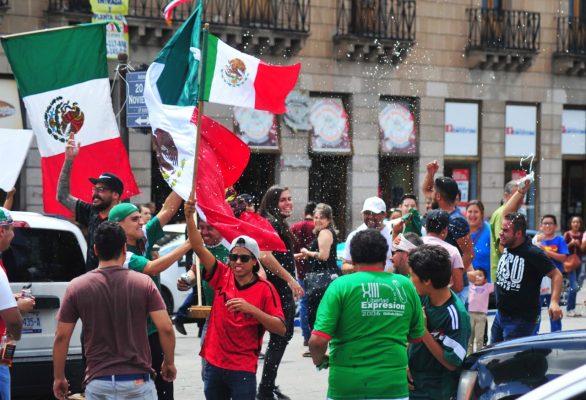 Festejo popular en la ciudad tras la victoria de México