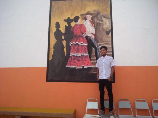 Joven artista, pinta murales en espacios públicos de Guadalupe Victoria