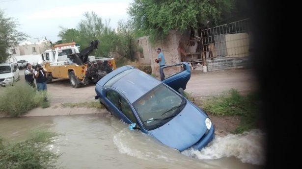 Cae automóvil en el canal San Rosa – Tlaualilo