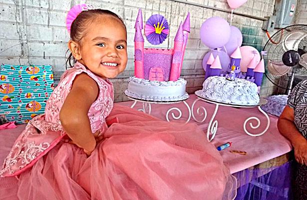 NUEVO IDEAL, Dgo. (OEM).- Al cumplir sus tres añitos de vida Mía Alexa Villalpando Barragán fue festejada por sus padres, familiares y amigos.