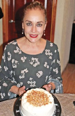 Festejan en su cumpleaños a Alma López de la Torre