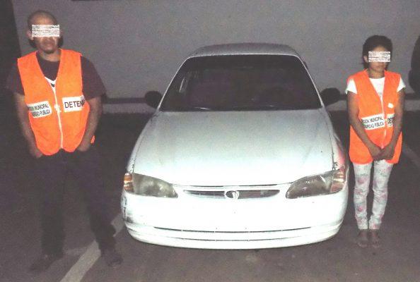 Sorprenden a pareja en auto robado