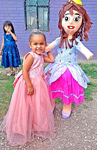 NUEVO IDEAL, Dgo. (OEM).- La bonita Mía Alexa Villalpando Barragán celebró sus tres añitos de vida con una bullanguera fiesta infantil organizada por sus padres Daniel y Lorena.