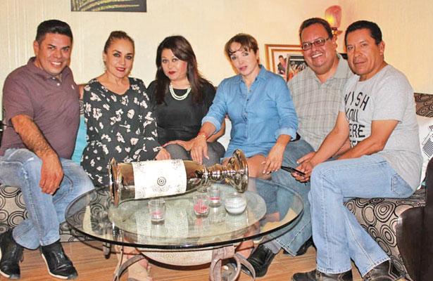 Sus amigos de todos los miércoles celebraron junto a Alma López de la Torre su cumpleaños, fecha memorable en la que recibió parabienes por parte de ellos.