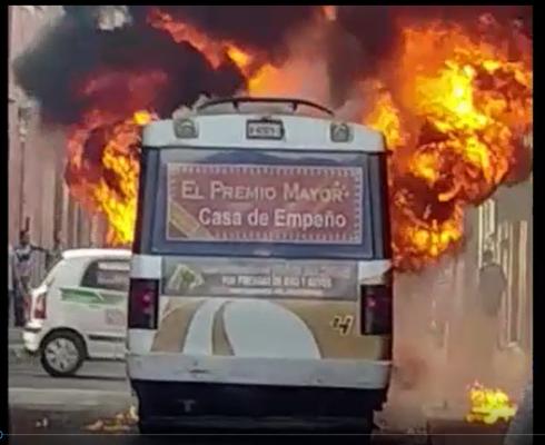 [Video] Arde camión de ruta en pleno Centro Histórico