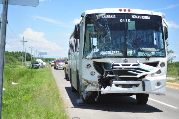 [Galería] Autobús se impacta contra pipa de gas