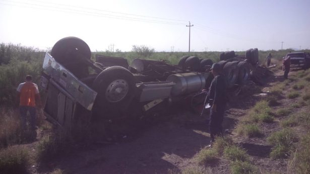 Otro camión de carga volcó esta madrugada