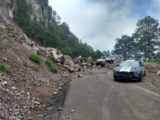 Derrumbe sobre la carretera libre Durango – Villa Unión