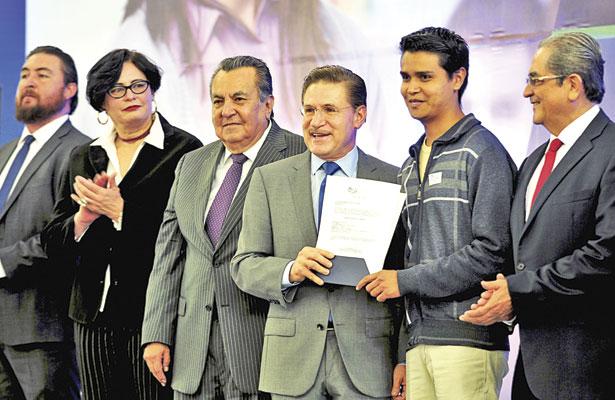 Asignan 700 plazas para nuevos docentes