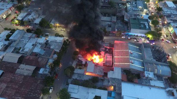 [ Video] Impresionante incendio en taller mecánico