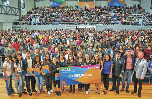Entrega Municipiomás de 1,600 becas