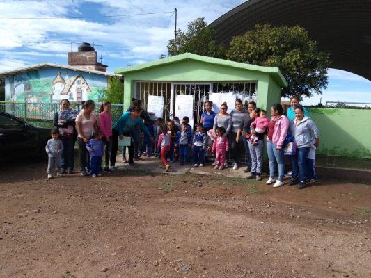 Protestan padres de familia por falta de maestra en Peñón Blanco