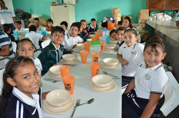 Equipa DIF Poanas dos desayunadores escolares