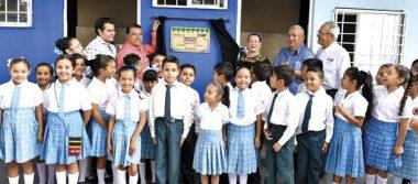 Entrega Leticia Herrerasanitarios a escuela primaria