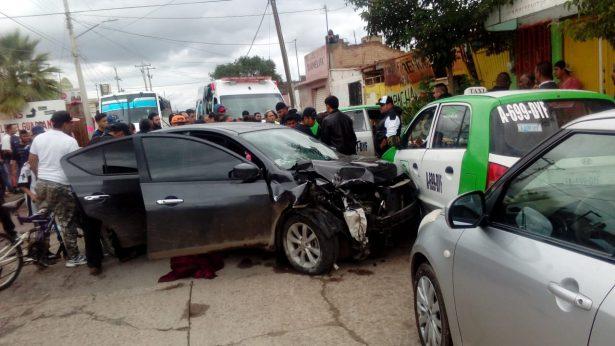Choque entre taxistas y particular provoca trifulca