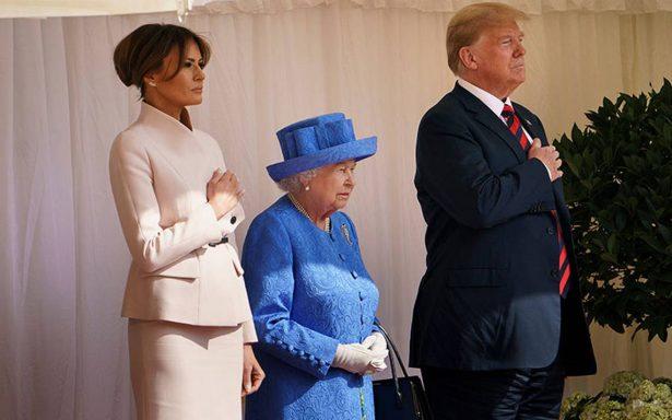 Reina Isabel II recibe a Trump y su esposa en el castillo de Windsor