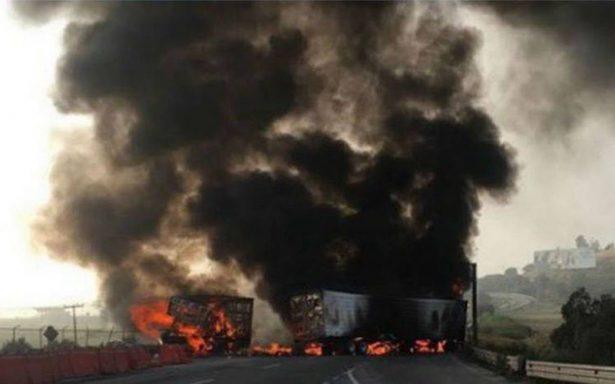 Autopista México-Querétaro cerrada por más de 5 horas por incendio de pipa