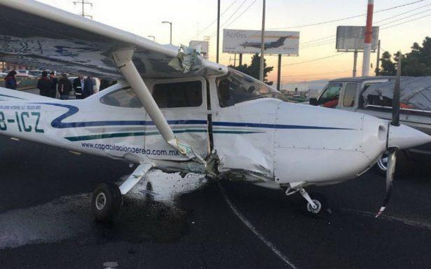 Avioneta aterriza de emergencia y provoca la volcadura de un automóvil