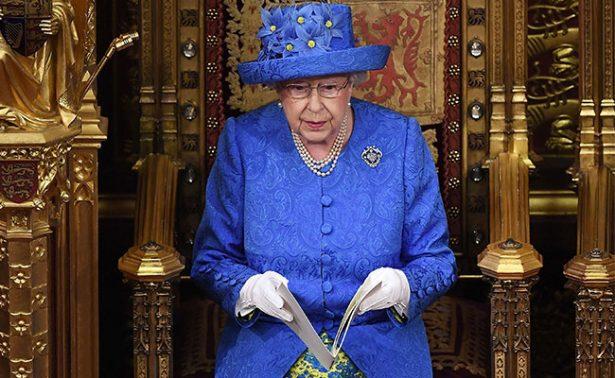 Desata gran polémica el sombrero de la reina Isabel