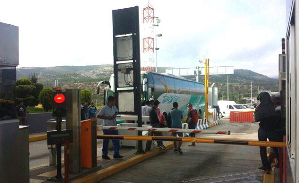 Normalistas se apoderan de la caseta de Suchixtlahuaca