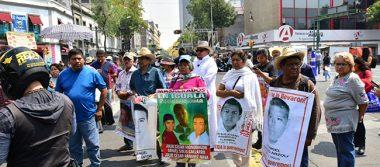 Familiares de los 43 normalistas se enfrentan con policías en Gobernación