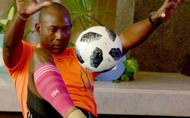 Cubano bate récord mundial de dominio de balón con peso en los pies