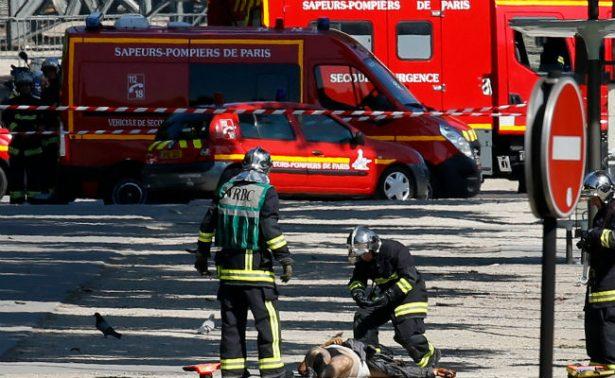 Vehículo se incendia tras embestir a furgoneta policial en Francia