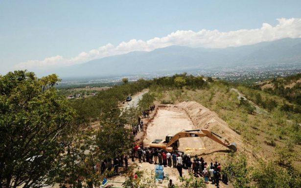 Entierran en inmensa fosa los cuerpos de víctimas del terremoto y tsunami en Indonesia