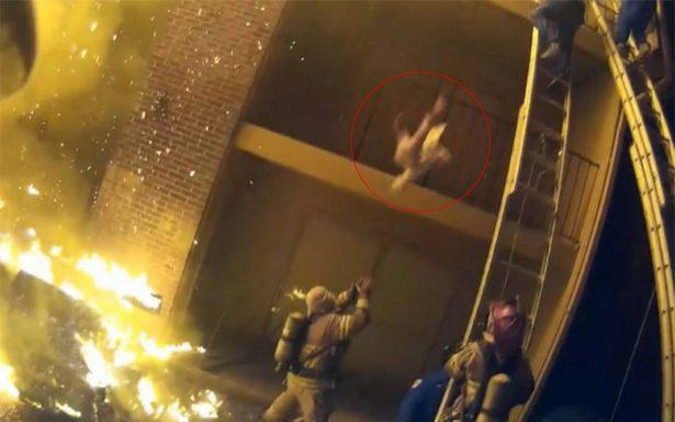 [Video] Heroica labor de una bombero al cachar a una niña de un edificio en llamas se viraliza