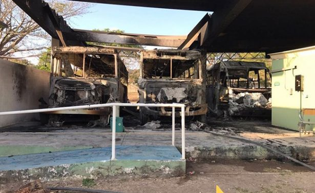 Sujetos incendian autobuses del CSAEGRO en Guerrero