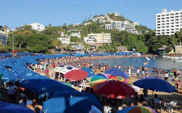 Turistas disfrutan del recalentado en las playas de Acapulco