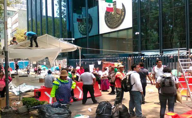 Padres de normalistas de Ayotzinapa levantan plantón frente a PGR