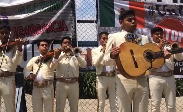 Mariachi entona himno de EU frente a embajada