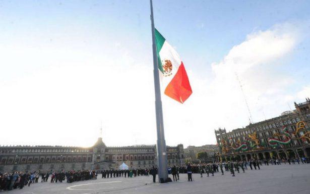 En un acto inédito, izan bandera a media asta en Zócalo por el 2 de Octubre