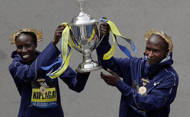 Kenianos Geoffrey Kirui y Edna Kiplagat barren en el Maratón de Boston