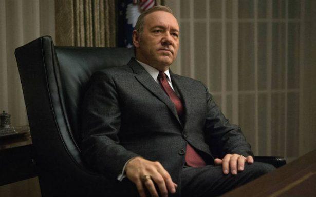 ¡Otra contra Kevin Spacey! Lo acusan de sentarse en el trono de la reina Isabel