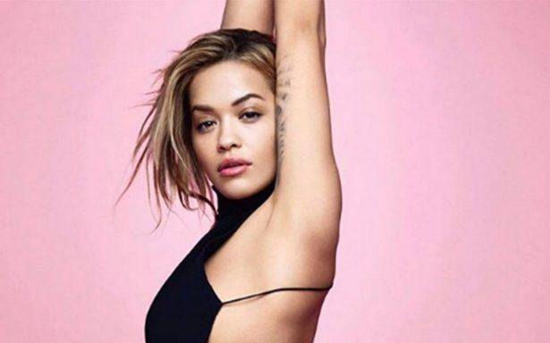 Rita Ora da la bienvenida al año nuevo ¡complemente desnuda!