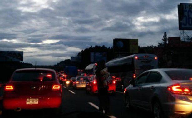Alta carga vehicular en autopistas ante regreso de vacacionistas
