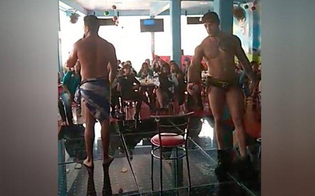 Mamás celebran su día con impactante show de strippers
