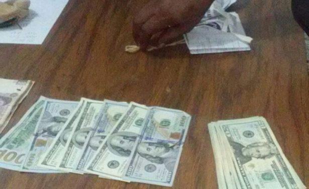 Detienen a dos sujetos cargados con 130 mil pesos, dólares y euros