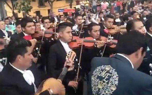 Un Viva México a cambio de víveres: mariachis cantan y apoyan tras sismo