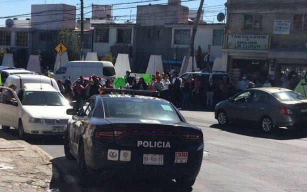 Automovilista embiste a padres de familia en Av. Centenario; vecinos se enfrentan con policías