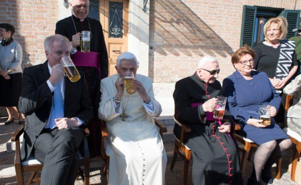 Benedicto XVI celebra sus 90 años con cerveza y una fiesta bávara