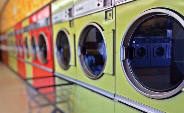 Padre comete terrible error al querer tomarle una foto a su niño dentro de una lavadora