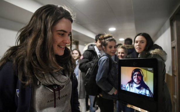 Beam, el robot que teletransporta a niños enfermos en Francia